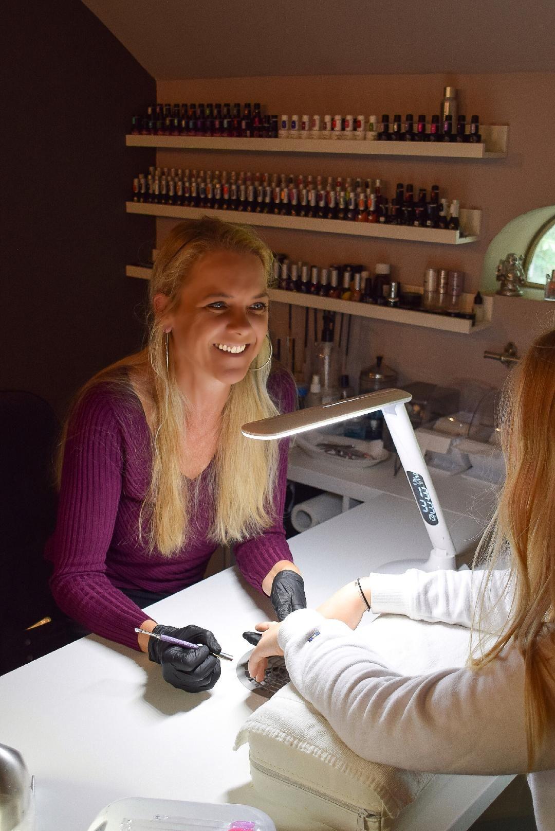 Denise Oranje in Mybliss nagelstudio foto gemaakt door Nicole Hengelaar - Bune